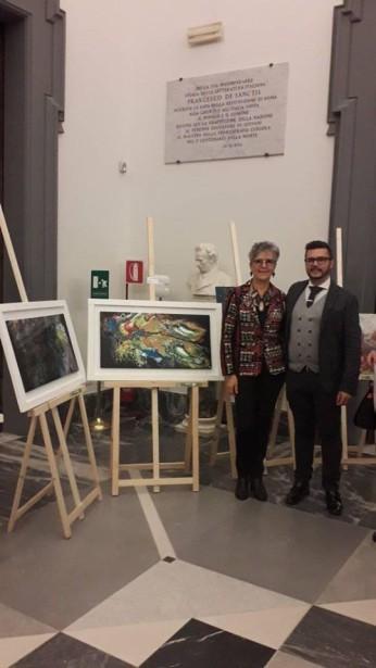 Cinzia Morini con Pasquale Di Matteo, accanto alle sue opere esposte in Campidoglio
